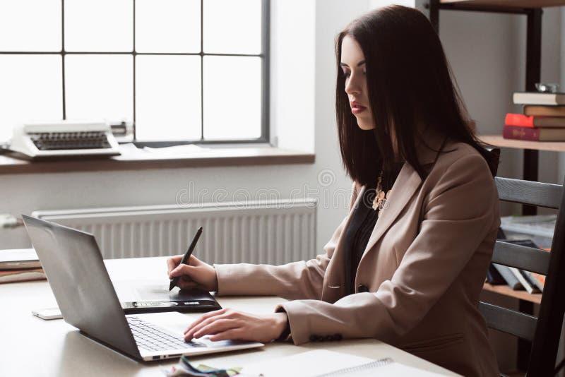 Weiblicher Designer, der grafische Tablette der Grafik redigiert stockfoto