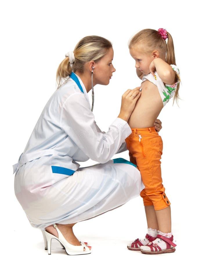 Weiblicher Doktor, der ein Kind überprüft lizenzfreies stockbild