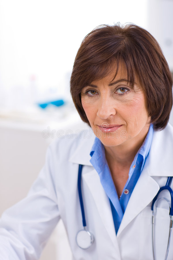 Weiblicher Doktor, der im Büro arbeitet lizenzfreies stockfoto