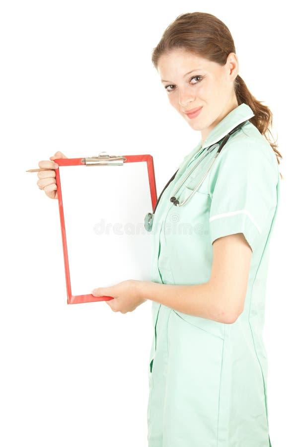 Weiblicher Doktor, der unbelegtes Klemmbrett anhält stockbilder