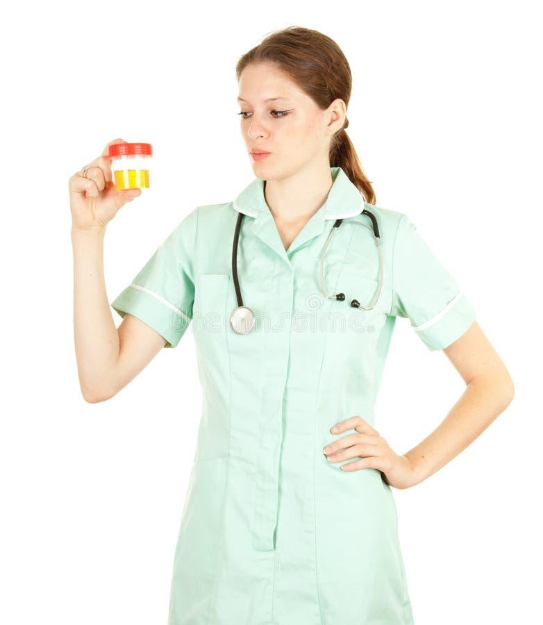 Weiblicher Doktor, der Urin zur Analyse hält stockfoto