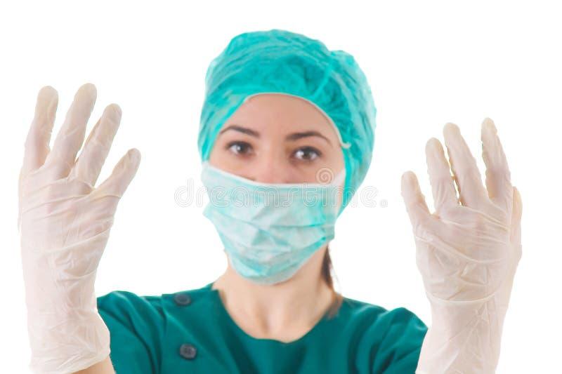 Weiblicher Doktor, der zur Chirurgie fertig wird lizenzfreies stockfoto