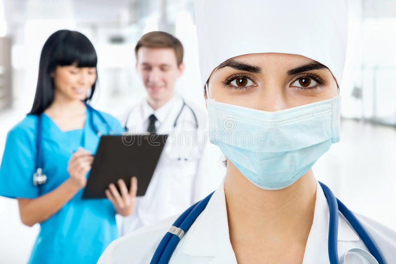 Weiblicher Doktor in einer Maske stockfotografie