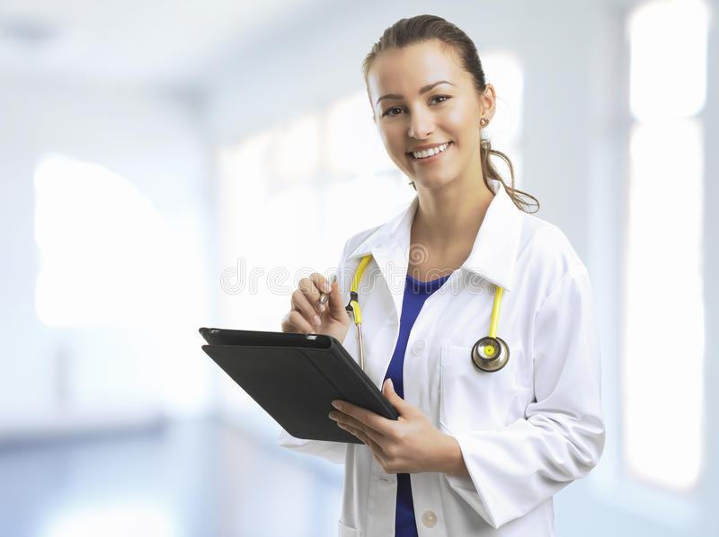 Weiblicher Doktor At The Hospital. lizenzfreie stockfotografie