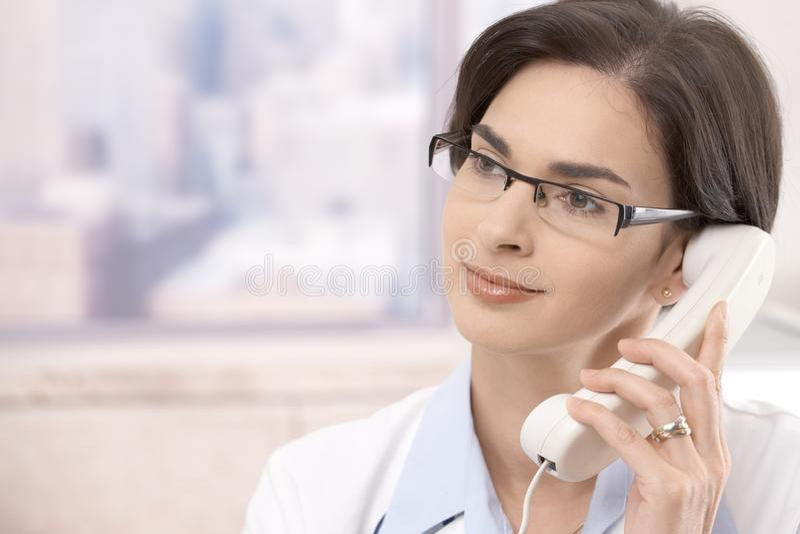 Weiblicher Doktor am Telefon stockbilder
