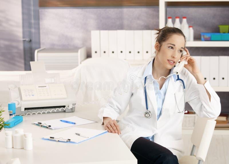 Weiblicher Doktor am Telefon lizenzfreies stockbild