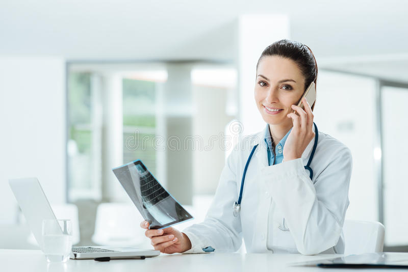 Weiblicher Doktor am Telefon lizenzfreie stockfotografie