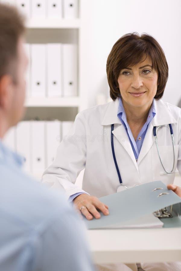 Weiblicher Doktor und Patient lizenzfreie stockfotos