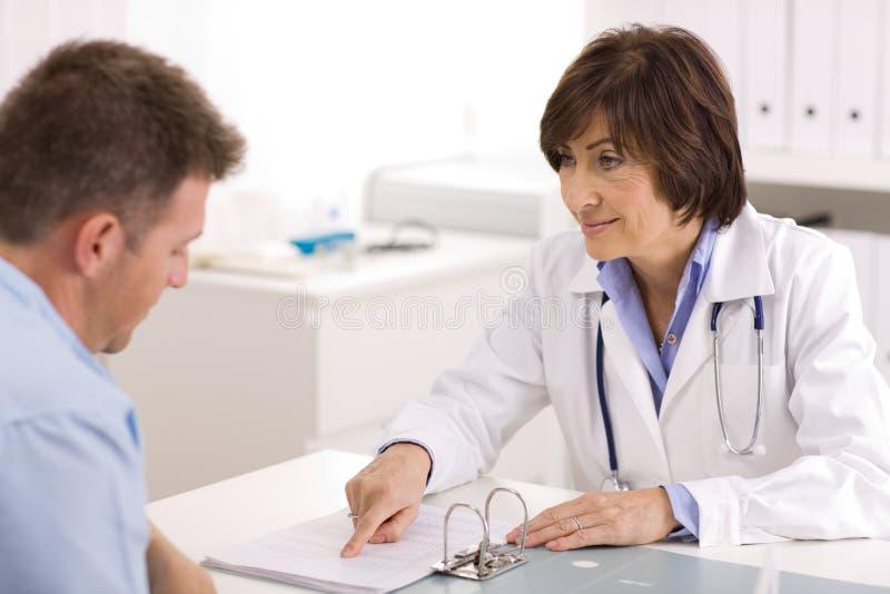 Weiblicher Doktor und Patient lizenzfreie stockbilder