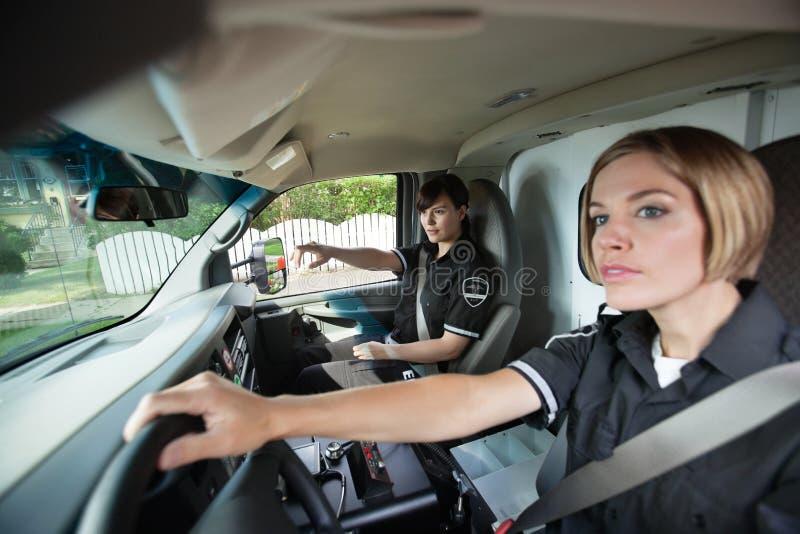 Weiblicher EMS-Fachmann im Krankenwagen lizenzfreie stockbilder
