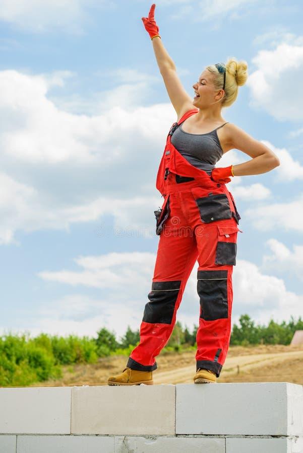 Weiblicher Erbauerbruch auf Baustelle stockbilder