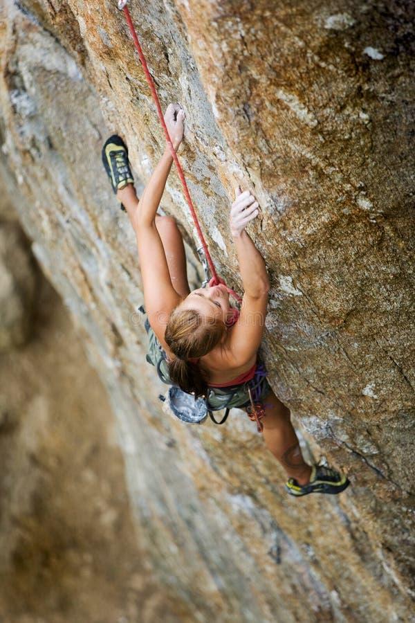 Weiblicher Felsen-Bergsteiger lizenzfreie stockbilder