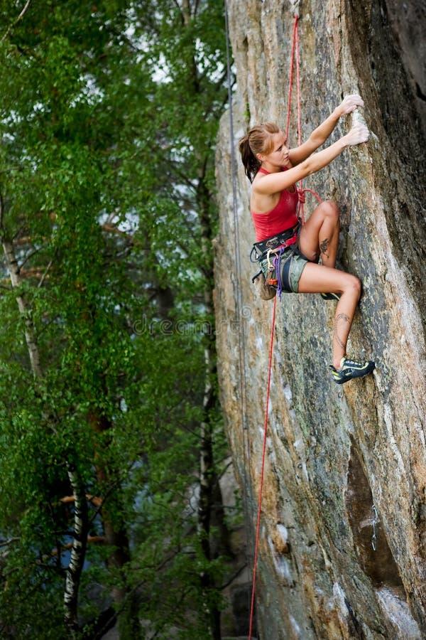 Weiblicher Felsen-Bergsteiger stockfotografie