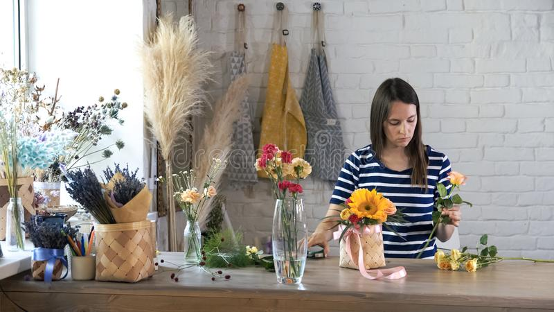 Weiblicher Florist im Blumenladen bei der Arbeit stockfotografie