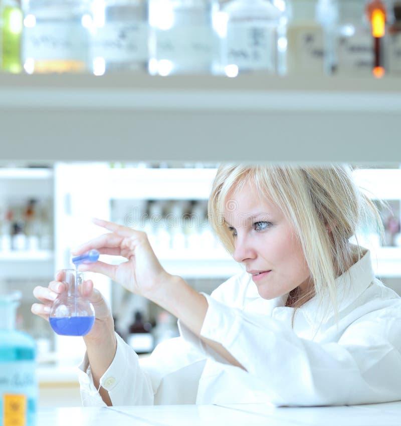 weiblicher Forscher, der in einem Labor arbeitet lizenzfreie stockbilder