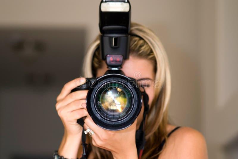Weiblicher Fotograf. lizenzfreie stockfotos