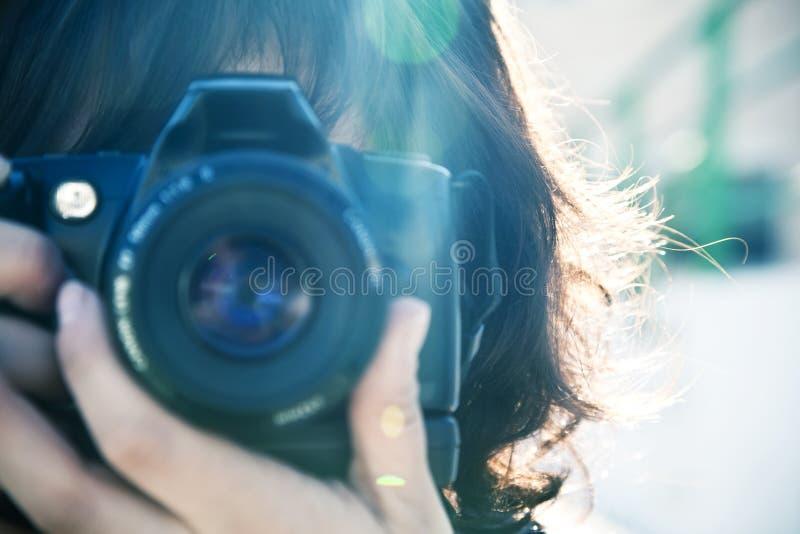 Weiblicher Fotograf. lizenzfreies stockfoto