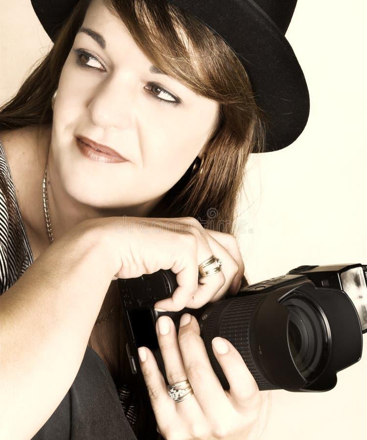 Download Weiblicher Fotograf stockbild. Bild von thirties, brunette - 9085889