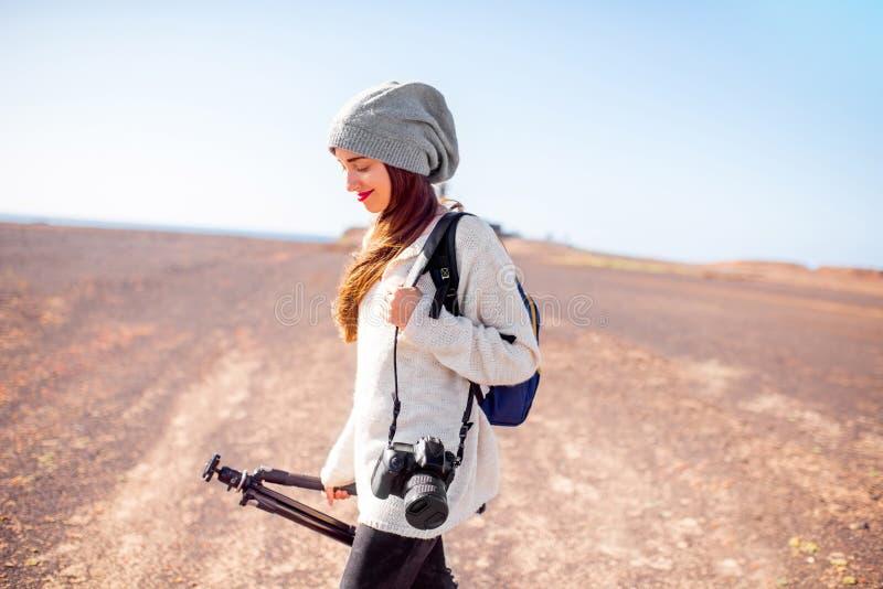 Weiblicher Fotograf, der draußen geht stockbilder