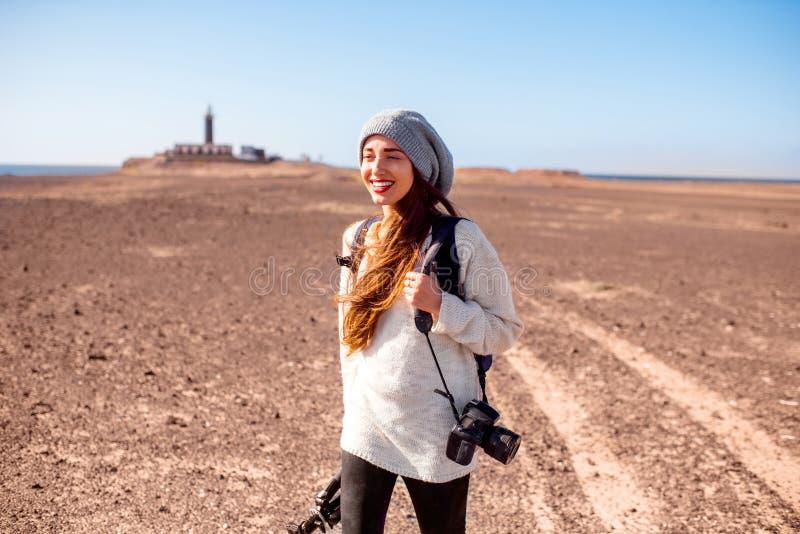 Weiblicher Fotograf, der draußen geht stockfotografie