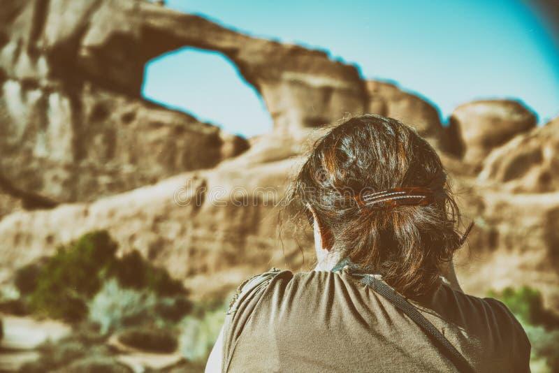 Weiblicher Fotograf, der Foto des Skyline-Bogens in den Bögen national macht stockfotografie