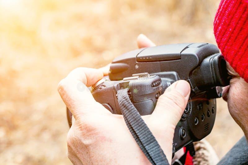 Weiblicher Fotograf, der im Sucher schaut lizenzfreie stockfotografie