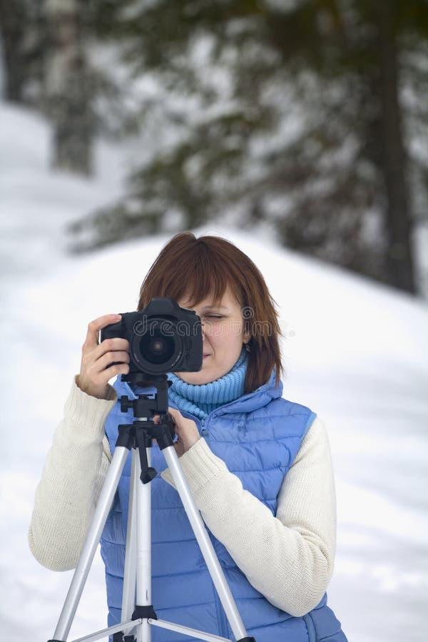 Weiblicher Fotograf, der Schüsse nimmt stockfoto