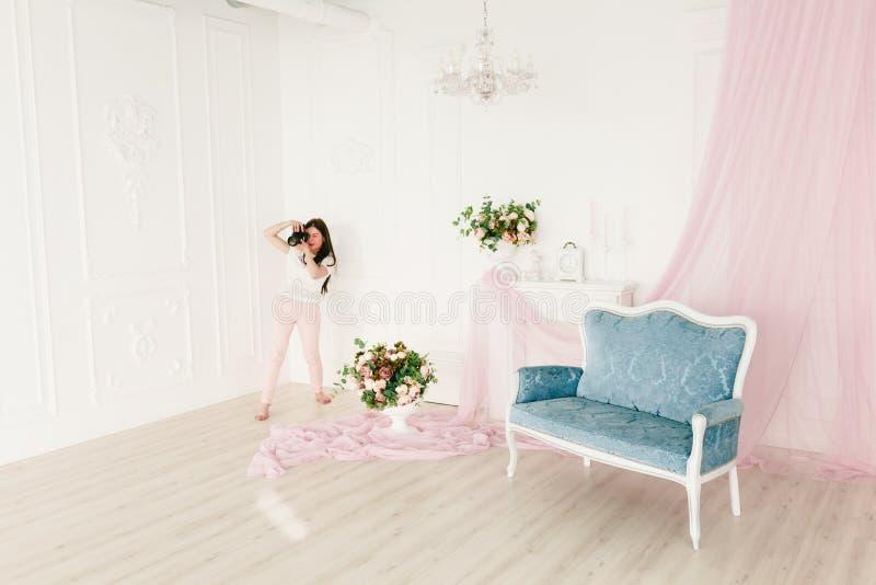 Weiblicher Fotograf in einem Photoshooting stockfotografie