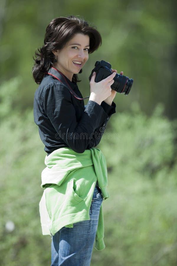 Weiblicher Fotograf in einem Wald. lizenzfreies stockfoto