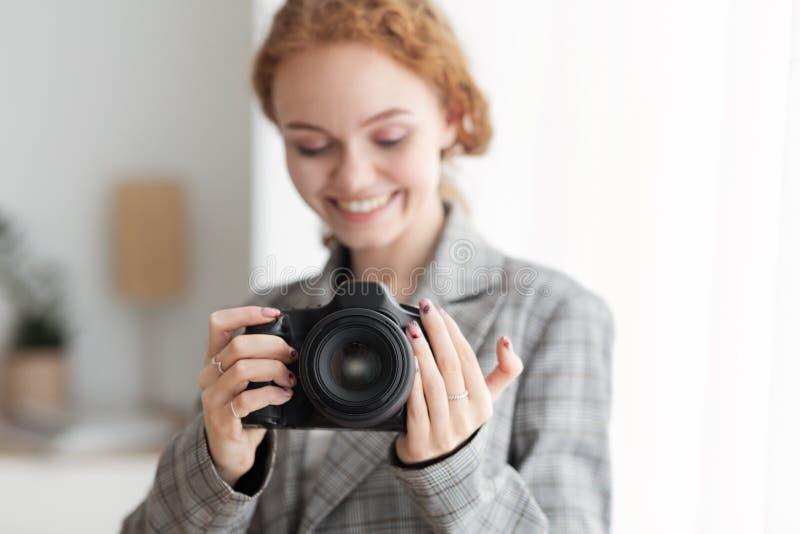 Weiblicher Fotograf-Taking Foto With-Berufsfoto-Kamera lizenzfreie stockfotos