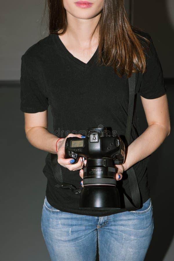 Weiblicher Fotograf und schwarze Kamera lizenzfreie stockbilder