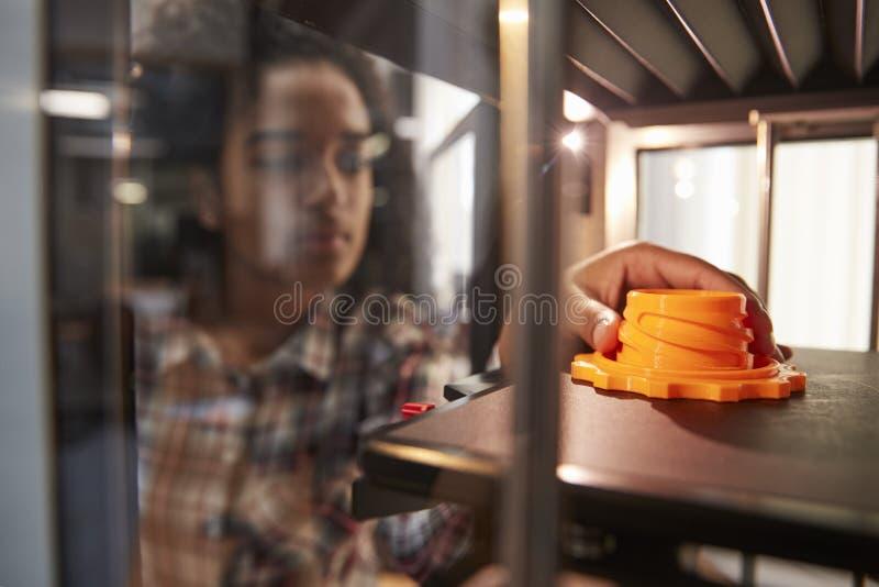 Weiblicher Gegenstand Student-Printing 3D in der Design-Lektion lizenzfreie stockfotografie