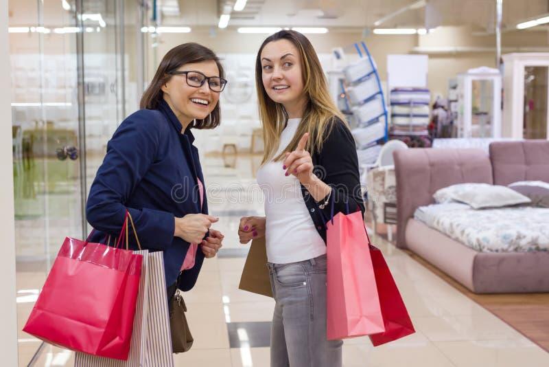 Weiblicher genießender Einkauf zwei am Mall stockbilder