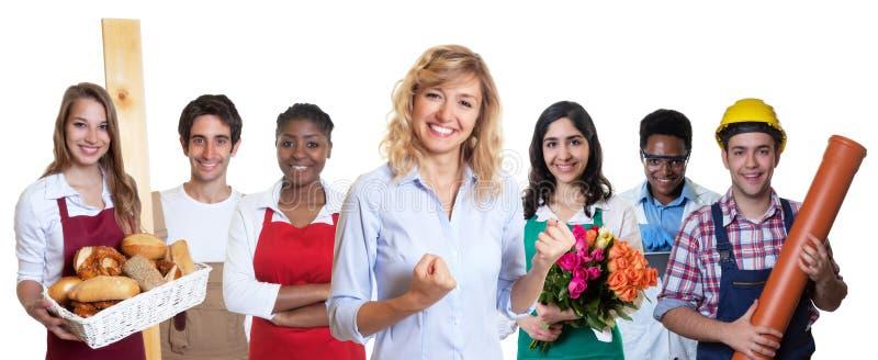 Weiblicher Geschäftsauszubildender mit Gruppe anderer internationaler Lehrlinge stockfotos