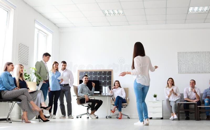 Weiblicher Geschäftstrainer, der Vortrag gibt stockfotografie
