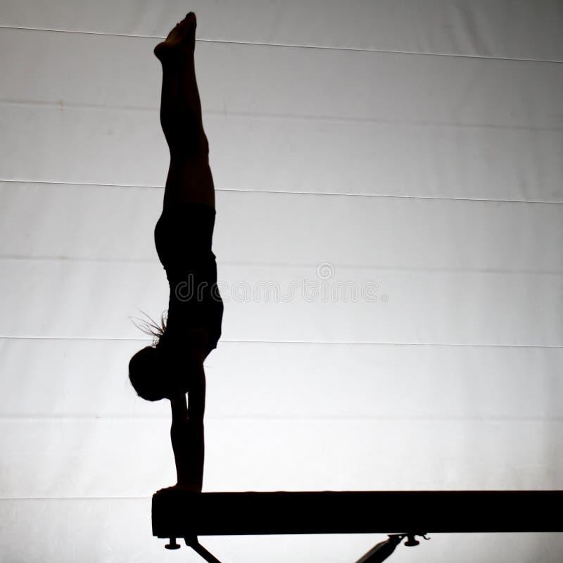 Weiblicher Gymnast Handstand lizenzfreie stockfotos