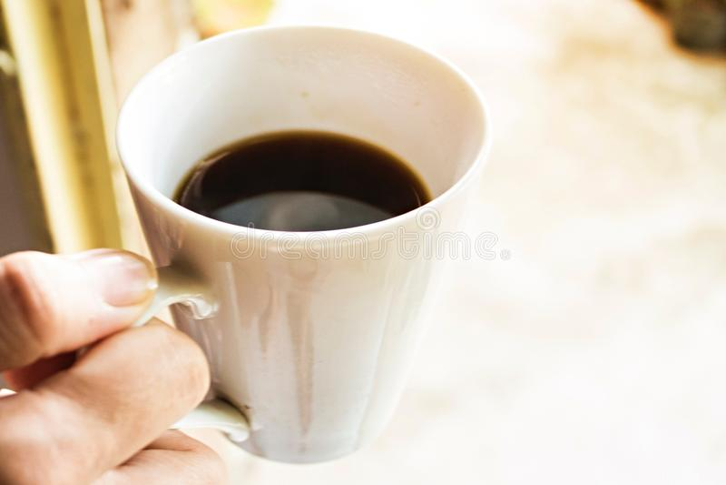 Weiblicher Handgrifftasse kaffee stockfotos