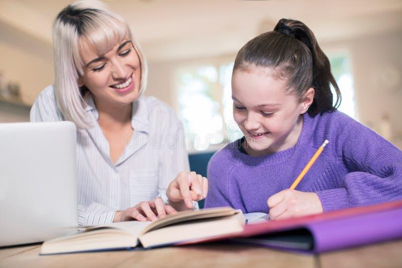Weiblicher Haupttutor Helping Young Girl mit Studien stockfoto