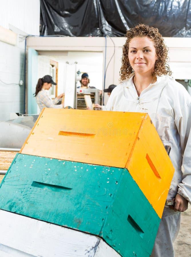 Weiblicher Imker Holding Trolley Of stapelte stockbild