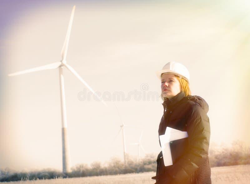 Weiblicher Ingenieur mit Windkraftanlagen lizenzfreie stockfotos