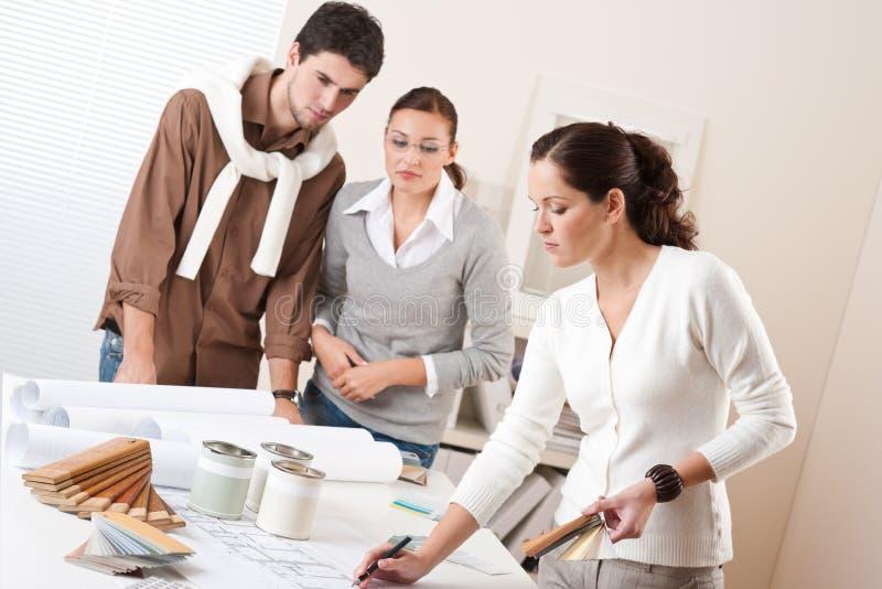 Weiblicher Innenarchitekt mit zwei Klienten lizenzfreie stockfotos