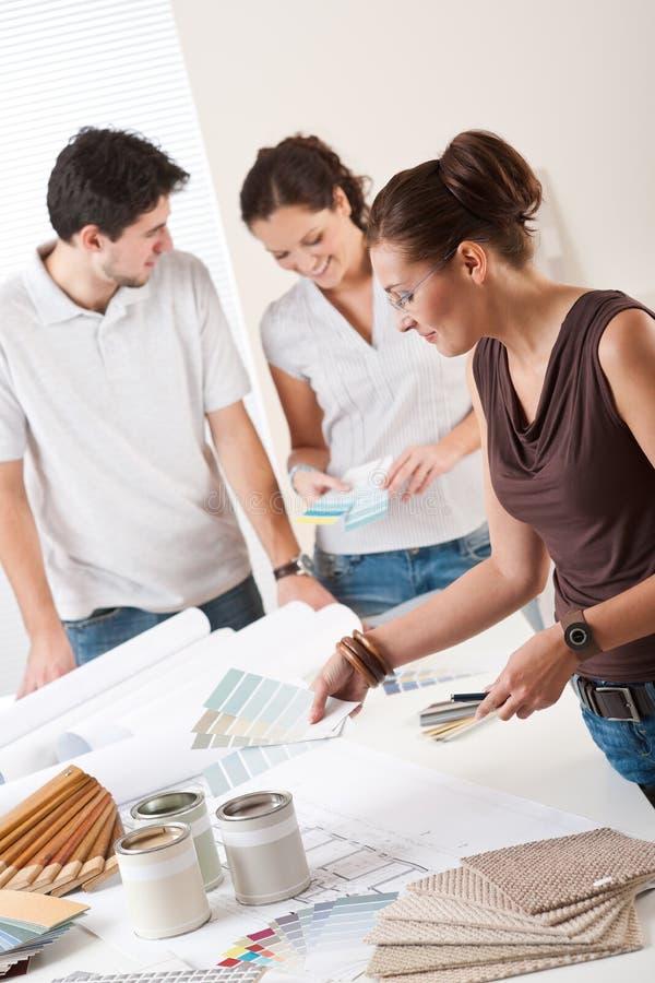Weiblicher Innenarchitekt mit zwei Klienten stockfotos