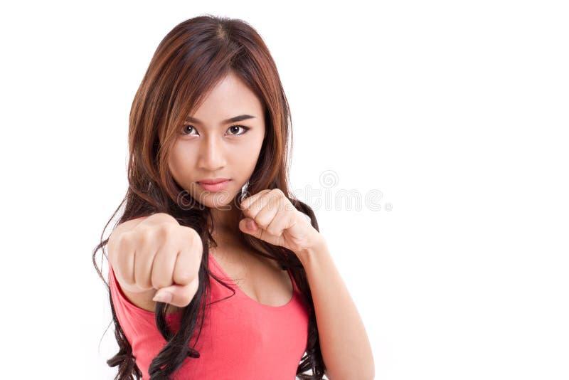 Weiblicher Kämpfer, der an Ihnen locht lizenzfreie stockfotografie