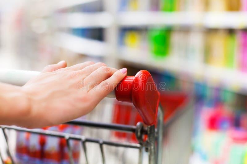 Weiblicher Käufer mit Laufkatze am Supermarkt stockfotografie