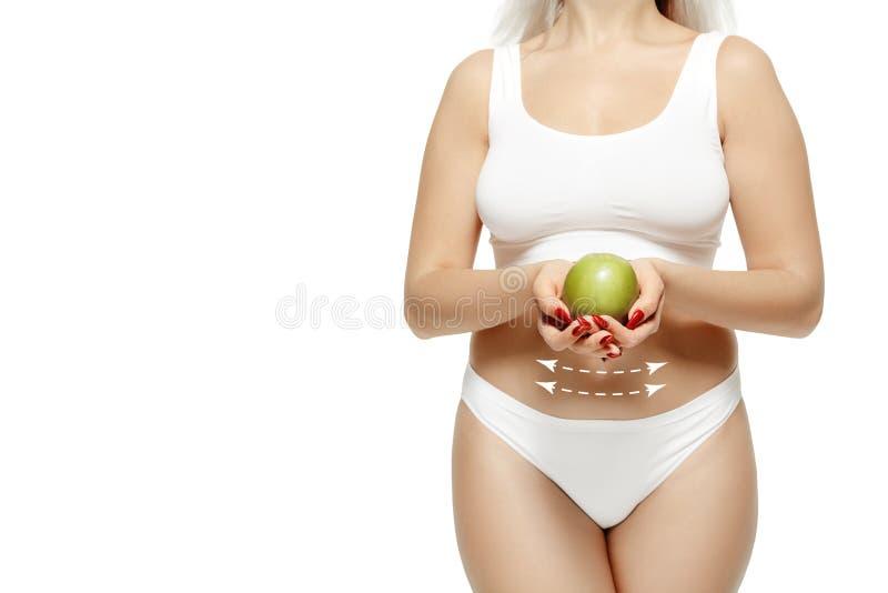 Weiblicher Körper mit den Zeichnungspfeilen Fett verlieren, Fettabsaugungs- und Celluliteabbaukonzept stockbild