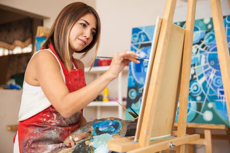 Weiblicher Künstler, der in einem Studio arbeitet stockbilder