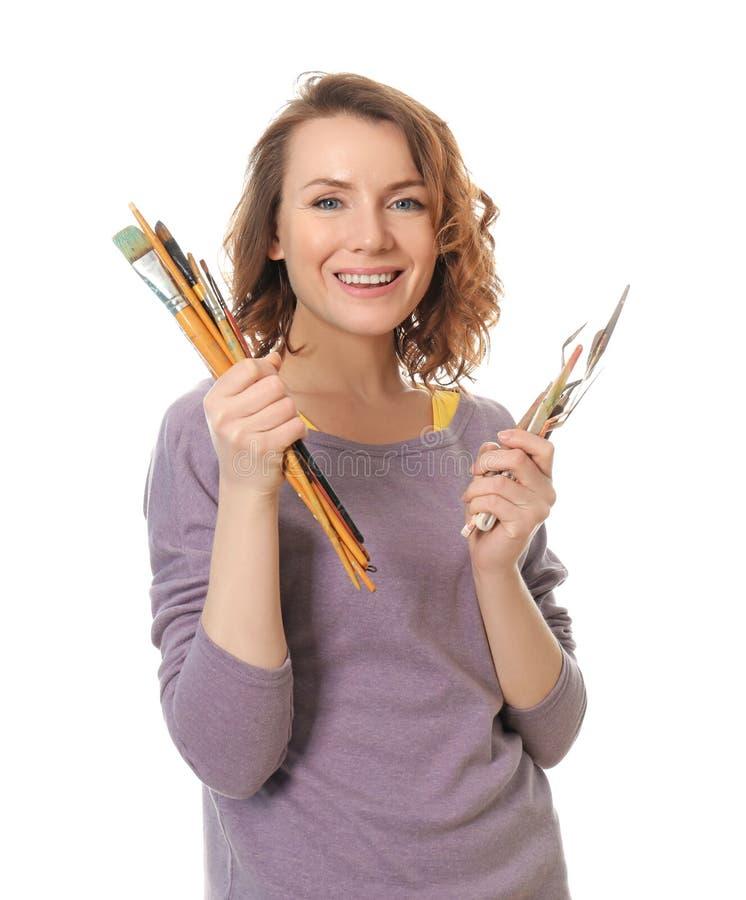 Weiblicher Künstler mit Farbenwerkzeugen auf weißem Hintergrund stockfotos