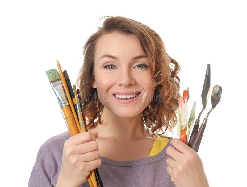 Weiblicher Künstler mit Farbenwerkzeugen auf weißem Hintergrund stockbild