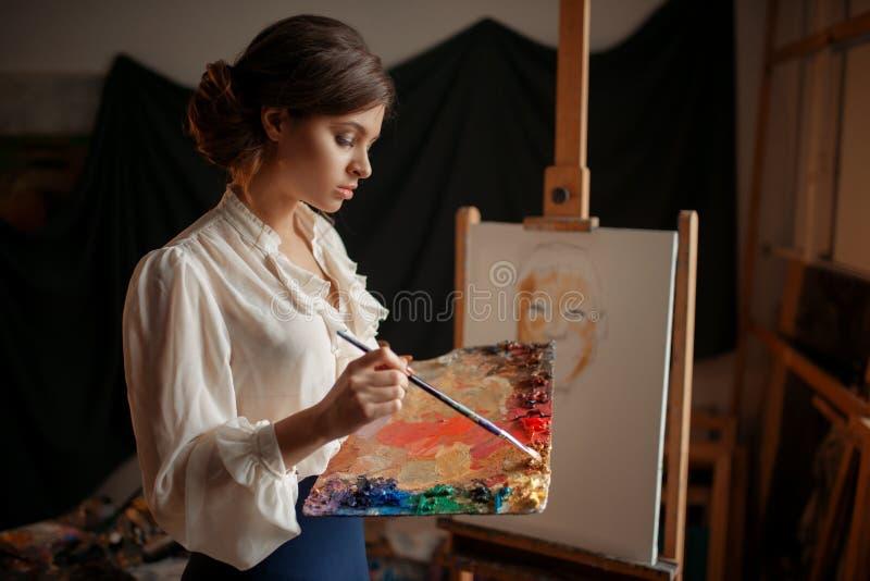 Weiblicher Künstler mit Farbpalette und -bürste lizenzfreie stockfotos