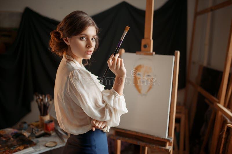 Weiblicher Künstler mit Farbpalette und -bürste lizenzfreie stockbilder